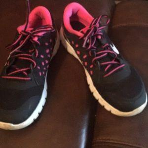 Nike tennis shoe black and pink.